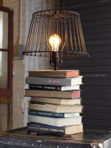 lampada-con-pila-di-libri
